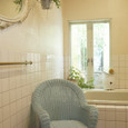 バスルームと水色の椅子