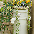 陶器の水栓に花を・・・